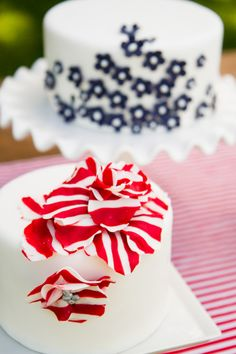 Red and white stripes with blue flowers - Pink Peach cakes #PerfectWedding