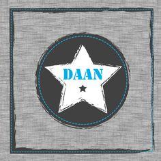 Geboortekaartje Daan www.hetuilennestje.nl. Stoer, modern, ster, stof, grijs, wit, blauw, gestickt, jongen.