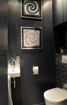 Peinture wc orange et blanc rangement dans tube pvc for Peinture wc design