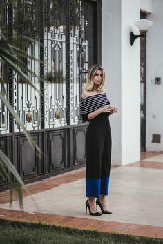 """Look do dia: Carol Tognon usando uma blusa ombro a ombro + calça pantacourt da Richini. A calça pantacourt, são as famosas """"calças midis"""" ou """"bermudas longas"""""""