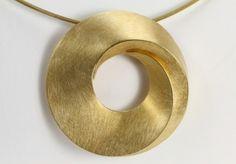 Gouden hanger met draai, gemaakt door Egon Frank. Deze prachtige hanger is gemaakt van 18 karaat geelgoud, heeft een kras matte afwerking en kan ook als broche worden gedragen.De prijs is exclusief ketting.