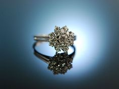 Love me tender classy diamond engagement ring! Traumhafter Verlobungs Ring Weiss Gold Diamanten Brillanten zus ca. 1,1 Carat, blütenförmig, fantastisches Funkeln, der perfekte Ring für den Heiratsantrag, wundervolle individuelle Verlobungsringe bei Die Halsbandaffaire München