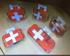 een dokterskoffertje gemaakt van een lege doos van de eieren. Hatsjoe. (niet mijn eigen idee) Diners, Stage, School, Projects, Schools, Dining Rooms, Scene