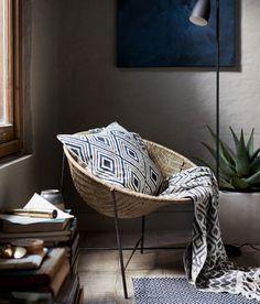 Продолжаем знакомить вас с последними тенденциями в дизайне от ведущих мировых домашних брендов и на очереди H&M Home. В своей самоей свежей коллекции Sping 2017 шведские дизайнеры постарались отобразить все то, с чем у нас ассоциируется весна — отсюда аппетитные пастельные тона, приятные бархатные подушки, много солнечных лучей и свежих сочетаний. Приятного просмотра!