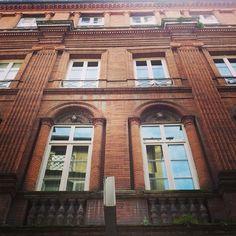 Façade 10 rue Peyras #Toulouse avec éléments décoratifs moulés sur décors Hôtel du Vieux-Raisin et Saint-Bertrand-du-Comminges