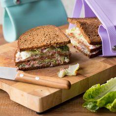 Ein Doppeldecker-Sandwich hält, was es verspricht: drei Brot-Schichten, belegt mit cremiger Frischkäse-Paste und knackigem Salat.