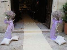 http://www.lemienozze.it/gallerie/foto-fiori-e-allestimenti-matrimonio/img11031.html Addobbi per la cerimonia religiosa con fiori per il matrimonio sulle tonalità del lilla