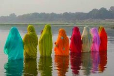 Live a colorful life! Women chanting while bathing in the Ganges, India Elizabeth Mcgovern, Dinah Manoff, Mary Tyler Moore, Donald Sutherland, Incredible India, Amazing Art, Jaipur, Indian Colours, Into The West