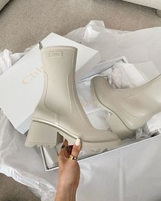 Chloe Betty rain boots Dream Shoes, Crazy Shoes, Me Too Shoes, Mode Shoes, Shoes Heels, Looks Style, My Style, White Boots, Pretty Shoes
