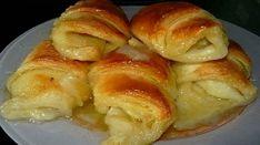 Echipa Bucătarul.tvvă oferă o rețetă super rapidă de cornuri umplute cu mere și coapte în sirop de zahăr și unt. Aceste delicii aromate se prepară din puține ingrediente, sunt foarte gingașe și au un gust intens de mere. Cu minim efort și într-un timp record veți obține un desert parfumat și original. Savurați cornurile cu …