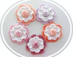 Der Preis ist für eine Blume MADE TO ORDER - ANY Farben, PIN Befestigung angebracht werden können - nur bitten mir Hand gehäkelt mit mehrfarbiger Acrylgarn.  Jede Blume misst ca. 9-12 cm Durchmesser, einschließlich die Erlaubnis ich Schwänze des Threads aus dem Center verlassen haben, auf der Rückseite der Blume zum Nähen, so dass leicht befestigt werden kann, um Ihre Stirnband, Mütze, Schal, Jumper, Mantel, Bluse oder Tasche.  Mehr Ideen: Verwenden Sie sie als Ihre Geschenk-Dekoration…