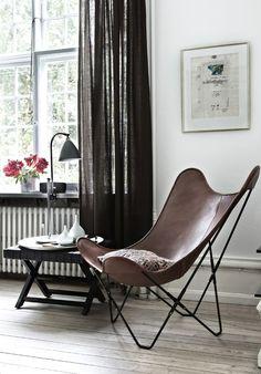 Ce fauteuil Butterfly tout le monde le connait, il fait partie de ces objets du quotidien que l'on a l'habitude de croiser sans vraiment s'y intéresser.Souvent placé dans nos jardins ou nos terrasses, cette assise aux lignes simples existe depuis 1938.Ses 3 créateurs, designers originaires d'Argentine ont imaginé cet objet en assemblant un châssis en acier à 4 pièces de tissus cousues ensemble.Simple,efficace ce produit fût fabriqué par différents éditeurs Artek-Pascoe, Knoll et Airborne…