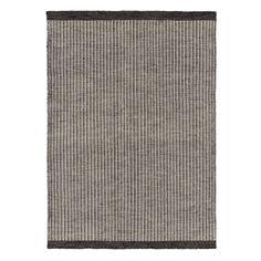 Unser Teppich Skjern wird von unseren zertifizierten Partnern in Indien liebevoll von Hand verwoben. Natürliche Schurwolle und Baumwolle geben dem Teppich eine strukturierte Oberfläche, die durch ein vertikales Streifenmuster zusätzlich verstärkt wird.   Kombiniert mit einer rutschfesten Unterlage bleibt der Teppich an Ort und Stelle.