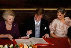 Der neue König leistet seine Unterschrift. (Quelle: Reuters)