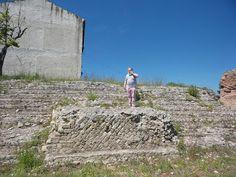 L'arte di Vittorio Amadio: Vittorio Amadio in visita all'area archeologica di Cupra Marittima. Il luogo voluto da Adriano, il culto degli dei