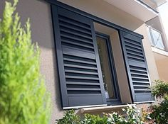 Sliding shutters Photo: Lapeyre Fixed bottom and top on aluminum rails, these components slide from either side of the window - a modern twist to a popular locking system both in new construction and renovation. The system is guaranteed for two years. Sliding Kit (2.55 m), € 429 without flaps, Lapeyre.