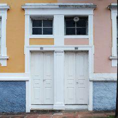 Antigas e incrivelmente preservadas pelo tempo, as portas foram cenários de histórias escritas pelas mais distintas vidas que já conheceram o que elas têm em seu interior. Hoje, são mais do que um endereço ou abrigo. São a entrada de um dos cantos mais bonitos da cidade que não vive sem esse lugar tão lindo e rodeado de cor.  #Porta6 #Taperinha45Anos #SantaMaria #VilaBelga #EmCadaPortaUmaHistoria #DoorTraits