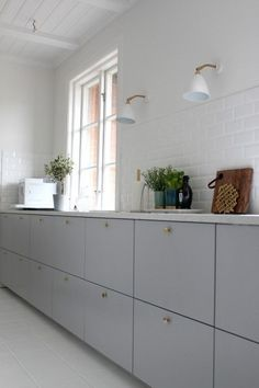 Ikea Metod Veddinge grey cabinet doors with brass door knobs. Wish this is… Ikea Metod Veddinge grey cabinet doors with brass door knobs. Kitchen Ikea, Kitchen Dining, Kitchen Decor, Kitchen White, Kitchen Knobs, Kitchen Lamps, Decorating Kitchen, Kitchen Styling, Kitchen Lighting