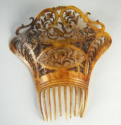 Mantilla comb from spain - second half of the century. Made of tortoise. From the collection of Elisabetta Vandone di Cortemiglia, 1941 Tiara Hairstyles, Vintage Hairstyles, Pretty Hairstyles, Vintage Accessories, Hair Accessories, Antique Jewellery Designs, Vintage Hair Combs, Hair Decorations, Hair Sticks