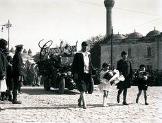 1929 - Cumhuriyet bayramında Şişli Terakki Mektebi geçit yapıyor.. Beyazıt meydanı---İSTANBUL