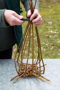 Willow Weaving, Basket Weaving, Diy Home Crafts, Diy Home Decor, Bird House Feeder, Quilling Craft, Hobbies And Crafts, Flower Decorations, Plant Hanger