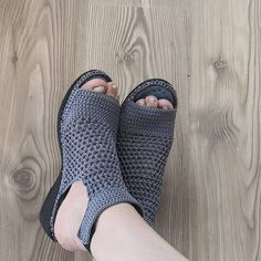 Very nice and very comfortable model my dear told us we . Crochet Sandals, Crochet Boots, Crochet Slippers, Crochet Shoes Pattern, Shoe Pattern, Shoes Heels Wedges, Shoes Sandals, Mens Beach Shoes, Knit Shoes