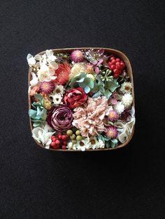 花畑で摘んだ花をやさしく詰めたという様なイメージでお作りしました*木箱にふんわりとたっぷりお花を詰めた、やさしい色合わせのアレンジです。お花を詰めたプレゼント...|ハンドメイド、手作り、手仕事品の通販・販売・購入ならCreema。