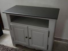 Aujourd'hui, pas de recette, mais deux autres meubles auxquels j'ai donné un air plus contemporain !!! C'est une table basse et un meuble télé en bois blanc, que j'avais déjà repeint il y a quelques années en gris clair.... La couleur me plait toujours...