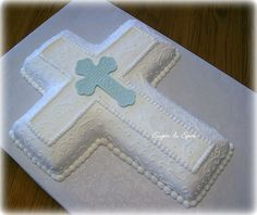 White & Blue Cross - For a boy's First Communion; center cross is fondant/gumpaste molded in a silicone mold. There is a First Communion verse imprinted in the cross. First Holy Communion Cake, First Communion Cakes, Première Communion, Baptism Cross Cake, Boy Baptism, Confirmation Cakes, Baptism Cakes, Comunion Cakes, Cross Cakes