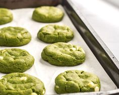 Easy, soft and chewy white chocolate matcha cookies. Bursting with pure matcha flavor, vanilla and white chocolate. Soft, chewy and addictive! So much better than a matcha latte! Matcha Cookies, Matcha Cupcakes, Vanilla Cookies, Green Tea Dessert, Matcha Dessert, Green Tea Recipes, Sweet Recipes, Green Tea Cookies, Green Tea Cupcakes