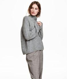 Kolla in det här! En stickad tröja i mjuk kvalitet med inslag av ull. Tröjan har ståkrage och kraftigt nedhasad axel samt lång, vid ärm. Rak passform. - Besök hm.com för ännu fler favoriter.