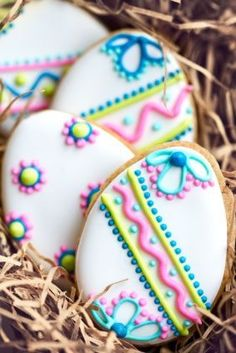Pretty Decorated egg shaped sugar cookies with icing patterns - spring themed afternoon tea or Easter cakes and baking inspiration for edible gift idea No Egg Cookies, Galletas Cookies, Fancy Cookies, Iced Cookies, Cute Cookies, Easter Cookies, Cookies Et Biscuits, Holiday Cookies, Sugar Cookies