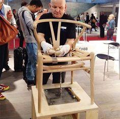 El diseño original importa: la icónica silla #Wishbone de Hans J. #Wegner para  Carl Hansen & Søn es fabricada a mano, pieza por pieza. #BeOriginal http://www.zinc.com.uy/beoriginal