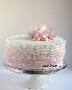 Röyhelöä ja liljoja ristiäisiin Vanilla Cake, Party, Desserts, Food, Vanilla Sponge Cake, Tailgate Desserts, Fiesta Party, Meal, Deserts