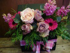 Caja con rosas.www.floresenvalladolid.es