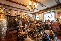 Der Besucher betritt durch die Eingangstür eine faszinierende asiatische Welt. Viele Figuren glänzen um die Wette. #buddha #shop #homestory #treasures #interior #einkaufen #asia #statuen #asiangarden