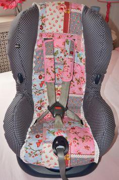 #Autostoel# MaxiCosi #Priori #SPS volledig opnieuw gestoffeerd in een #PIP like stofje met een strak grijze #stippenstof en een #brocant wit #broderie kantje.