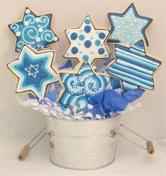 Celebrate with your loved ones with these Hanukkah and Jewish Edible Cupcake Decorating Ideas at this special time of year. Jewish Hanukkah, Hanukkah Crafts, Hanukkah Food, Hanukkah Decorations, Happy Hanukkah, Hanukkah Recipes, Fancy Cookies, Royal Icing Cookies, Blue Cookies