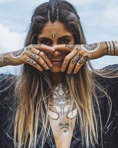 Discover a collection of cool festival hairstyles, from braided hairstyles, braid hair to bohemian hair, boho hair. Find out hairstyles for your festival looks! Festival Trends, Festival Outfits, Festival Fashion, Boho Festival Makeup, Festival 2017, Boho Hippie, Bohemian Hair, Bohemian Makeup, Hippie Braids