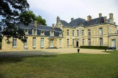 """Le château de Cirey doit sa renommée à Voltaire qui, fuyant Paris après la publication, à son insu, de ses """"Lettres Philosophiques"""", y trouve refuge de 1734 à 1749, invité par sa maîtresse Émilie du Châtelet, marquise du Châtelet, autre brillant esprit du XVIIIe siècle.  Lorsque Voltaire arrive à Cirey en 1734, le château tombe en ruine. Avec l'accord du marquis Florent-Claude du Châtelet, il fait élever une aile supplémentaire, ornée d'une magnifique porte extérieure sculptée d..."""