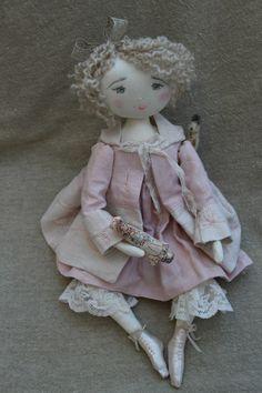 Hortence en petit manteau rose assorti à sa robe tout aussi rose...(35cm)