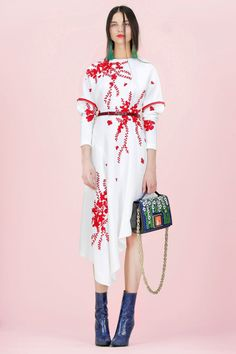 Andrew Gn Resort 2018 Espectacular colección!! Nos encanta todos los diseños!! Y es que la moda puede ser bonita...! Diseños que son un lujo, paleta de colores cálidos pastel, su abrigo Maharaja, brocados de oro,  mariposas en el kimono, bordados  Imposible no enamorarse!!  #moda #estilo #tendencias #coleccion #resort #resort18 #andrewgn #fashion #elegant #glamour #style #trendy #collection #designer #design #details #inspiration #luxury #handmade