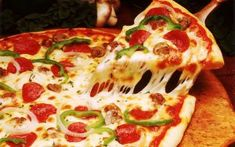 Pizza is a food that everyone loves to eat. This round base dough can contain many ingredients such as pepperoni, sausage, tomato sauce, cheese and many. Easy Recipes For College Students, Easy Meals For Kids, Kids Meals, Pizza Recipe In Urdu, Pizza Recipes, Dominos Pizza, Best Pizza Delivery, Lemon Potatoes, Salads