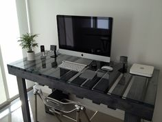 A pallet desk with a glass top Pallet Desk, Pallet Furniture, Diy Pallet, Mesa Pallet, Repurposed Furniture, Furniture Ideas, Diy Home Decor, Room Decor, Sweet Home