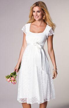 Das perfekte Umstandsbrautkleid für eine entspannte Hochzeit im Freien. Das Kleid Florence gibt es jetzt in dieser stylischen, knielangen Form und es fällt wunderbar.