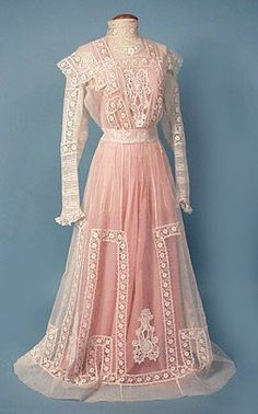Vintage Clothing Tea gown, c. 1908 The first tea dress I've seen so far with its colored slip intact! Yes, kids- those lacy white dresses actually had color! Edwardian Clothing, Edwardian Dress, Antique Clothing, Edwardian Era, Historical Clothing, Vestidos Vintage, Vintage Gowns, Vintage Outfits, 1900s Fashion