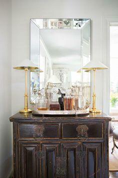 Impromptu mini bar anchored by a pair of lamps Interior Design Trends, Interior Inspiration, Interior Decorating, Cabinet Inspiration, Bandeja Bar, Home Bar Accessories, Bar Cart Decor, Piece A Vivre, Bars For Home