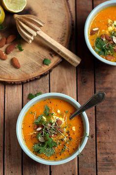 Lekkere wortelsoep met gember, kokosmelk, koriander & amandelen