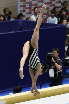 Gymnastics Pictures, Gymnastics Girls, Gymnastics Apparatus, Gymnastics Flexibility, Balance Beam, Dynamic Poses, Sexy Legs And Heels, Sporty Girls, Sports Women