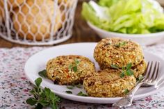 If you want to go meatless for game day, we have just the recipe. This veggie burger is perfect for grilling at tailgates or topping your salad. Kohl Steaks, Bun Recipe, Burger Buns, Pinto Beans, Tahini, Quinoa, A Food, Broccoli, Food Processor Recipes